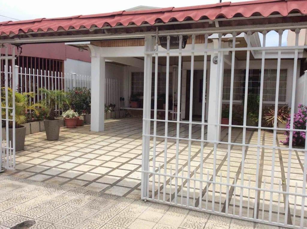 CASA EN LAGUNILLA DE HEREDIA. Tel (506) 83117171/ 506 88123155