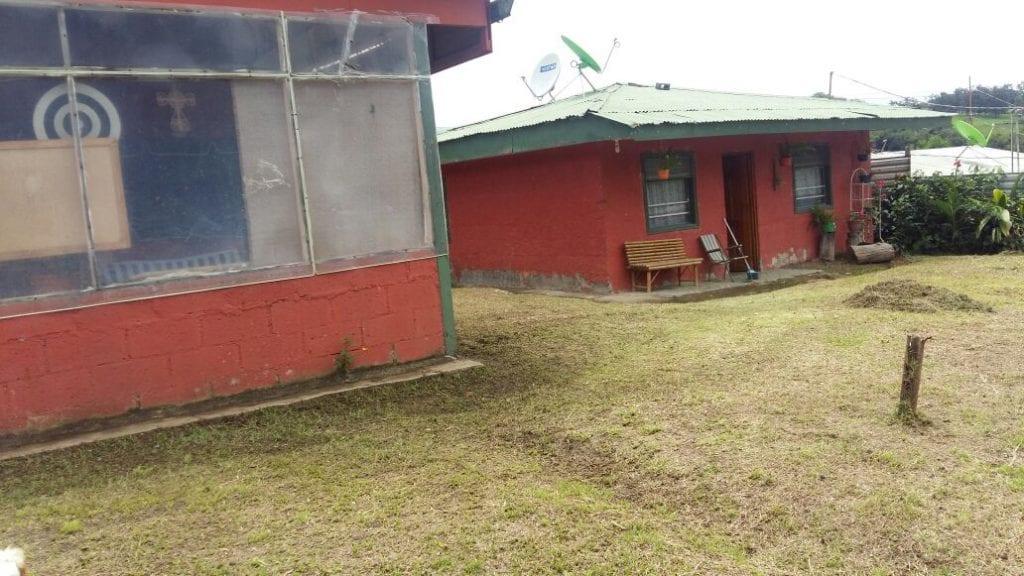 Amplio terreno con dos casas de habitación en zona fresca, verde y segura