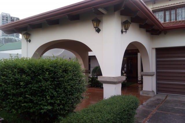 Amplia, confortable y con acabados de lujo, ubicada en Curridabat. (KO)