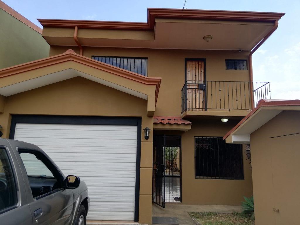 Casa dos plantas a la venta, 3 habitaciones en San Juan de Santa Bárbara, cerca Rio Segundo.